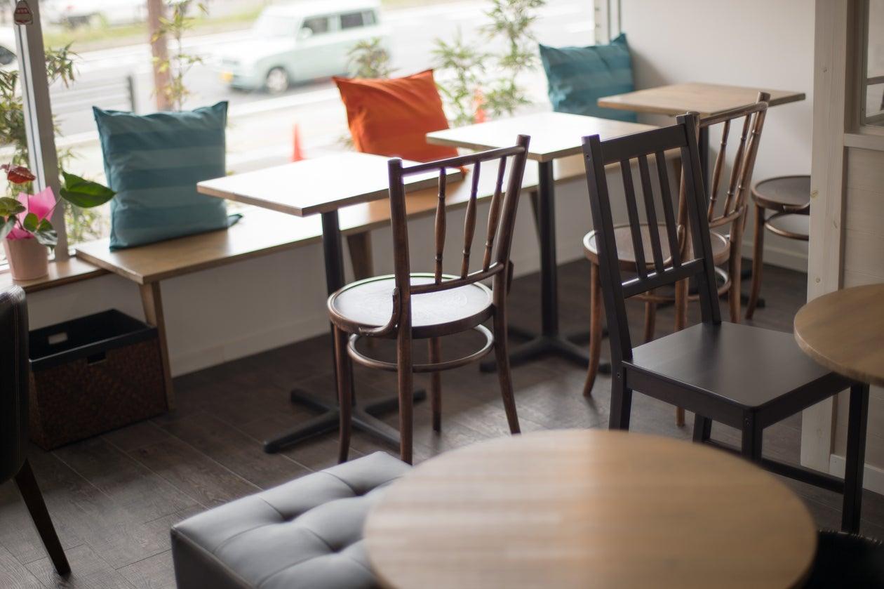 海が見える大きな窓のある明るいカフェスペース!白壁&ウッドフロアのおしゃれでくつろげる空間です。パーティー利用に最適のカフェ!(ルアナカフェ) の写真0
