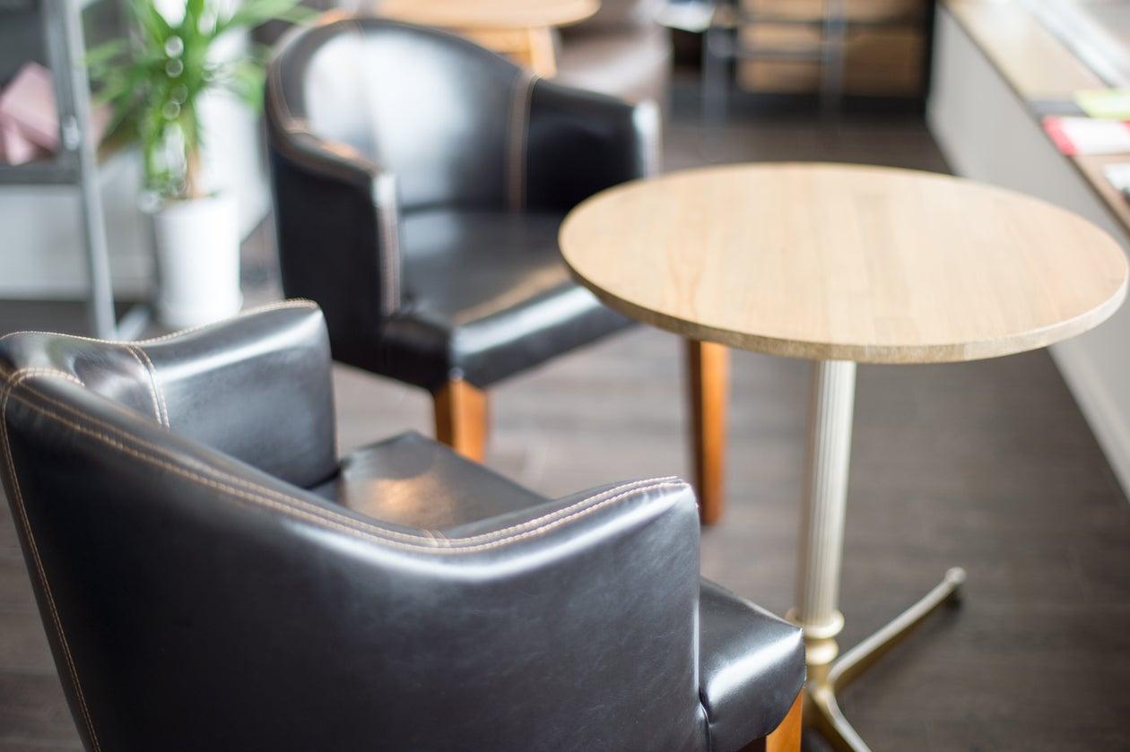 海が見える大きな窓のある明るいカフェスペース!白壁&ウッドフロアのおしゃれでくつろげる空間です。パーティー利用に最適のカフェ! の写真