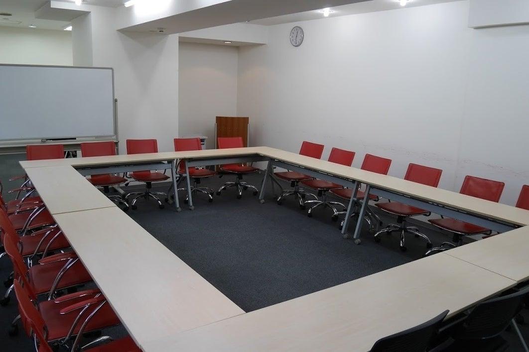 【関内】赤い椅子が素敵な多目的レンタルスペース/306号室 の写真
