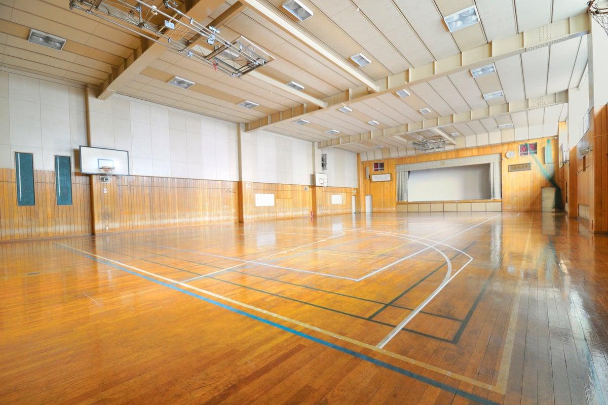 巨大スクリーン付き 体育館の枠に捕われないクリエイティブスペース の写真