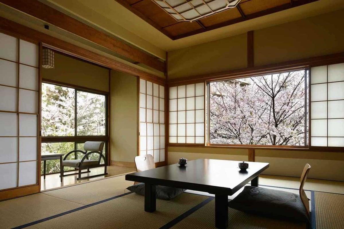 撮影限定 明治時代の雰囲気をそのまま残した和庭園が見える檜内風呂付き客室 の写真