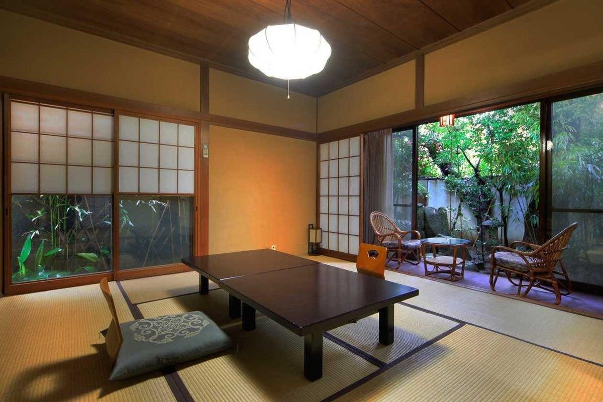 撮影限定 明治時代の雰囲気をそのまま残した和庭園が見える露天風呂付客室 の写真