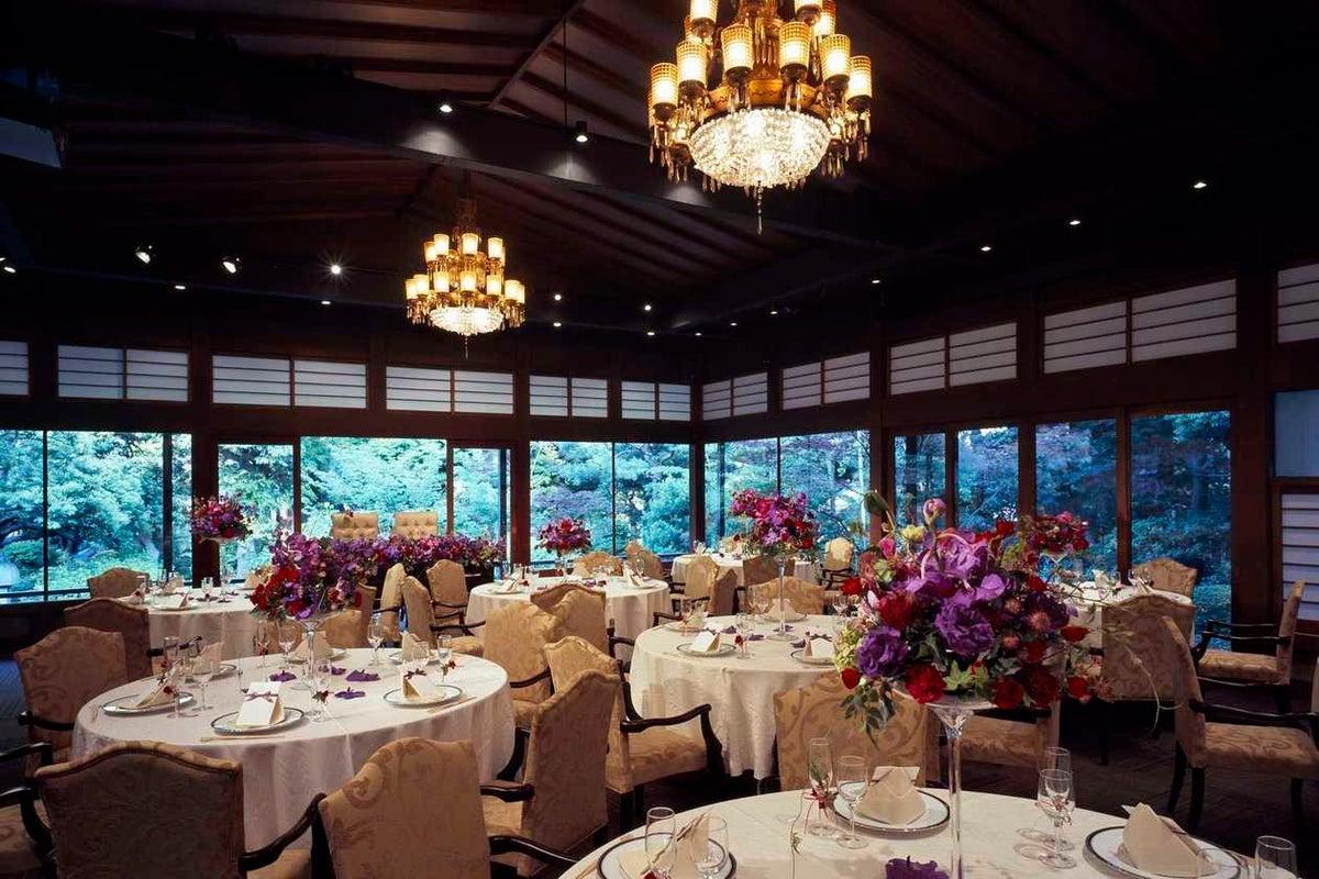 撮影限定 大きい窓から望む庭園は絶景 水上の披露宴会場 富月殿 の写真