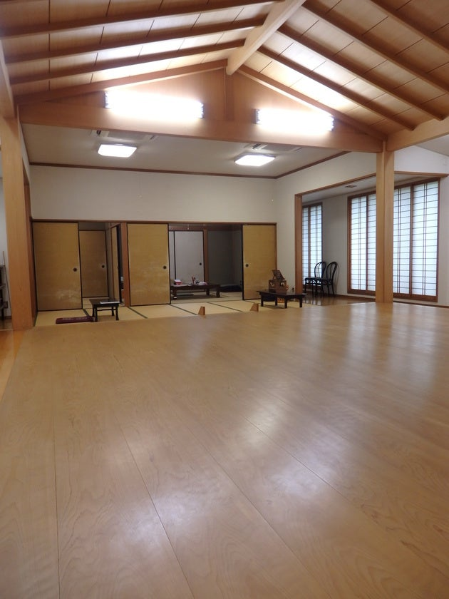 舞台からみた 14畳+6畳+4.5畳(茶室)   14 tatami mats + 6 tatami mats + 4.5 tatami mats (tea room) seen from the stage