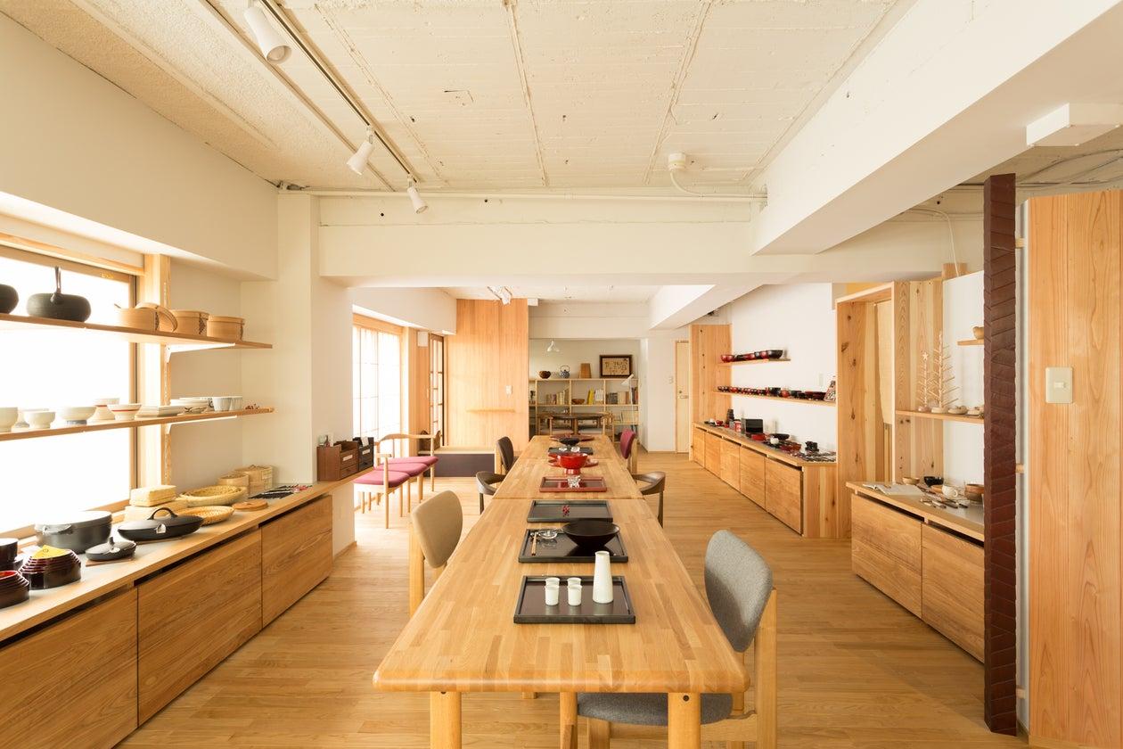 平日は木の器と家具の専門店として営業しています。