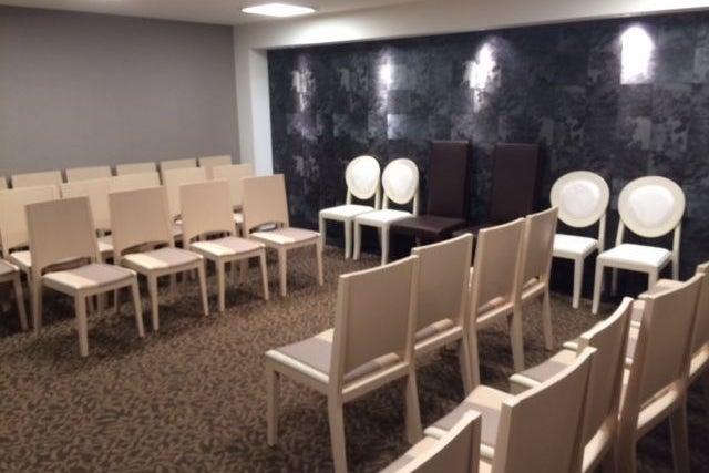 南浦和駅 徒歩8分 送迎バスあり 打ち合わせ 会議 可能 個室 最大シアター形式30名 親族控室 の写真