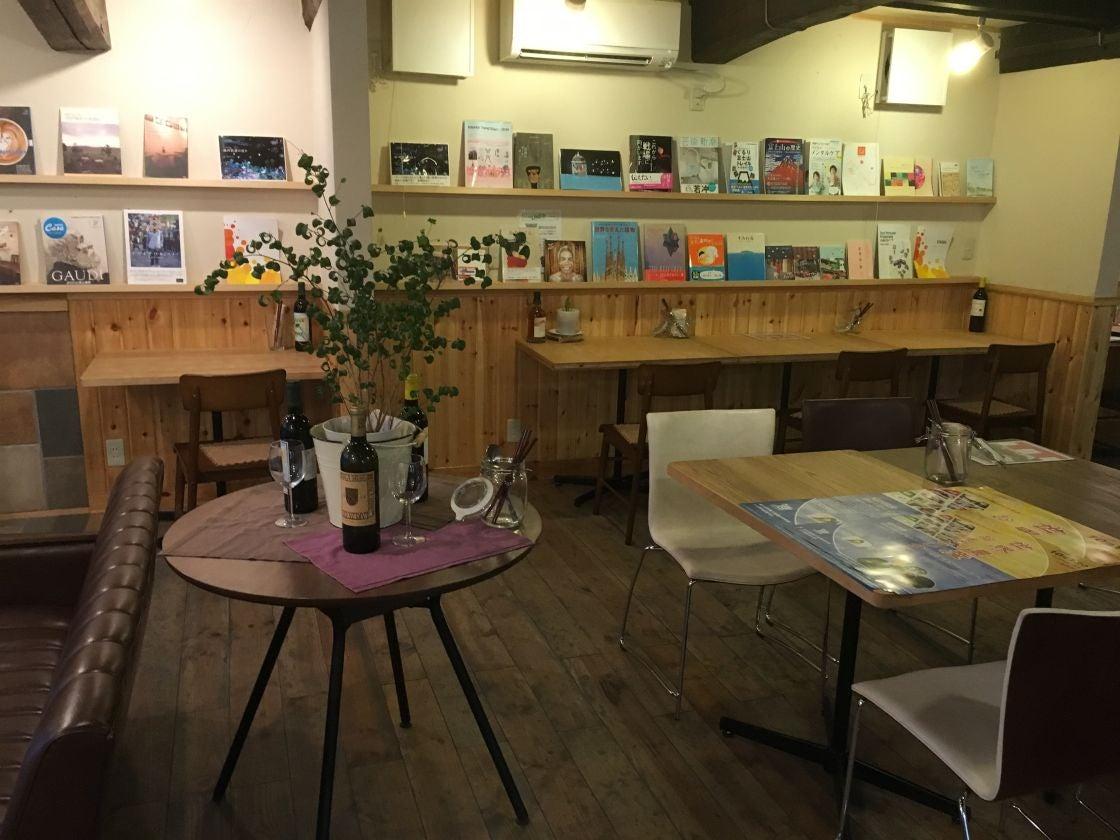 なじみのあるカフェで大人数パーティもできます 業務用の広々としたキッチンもついてきます の写真
