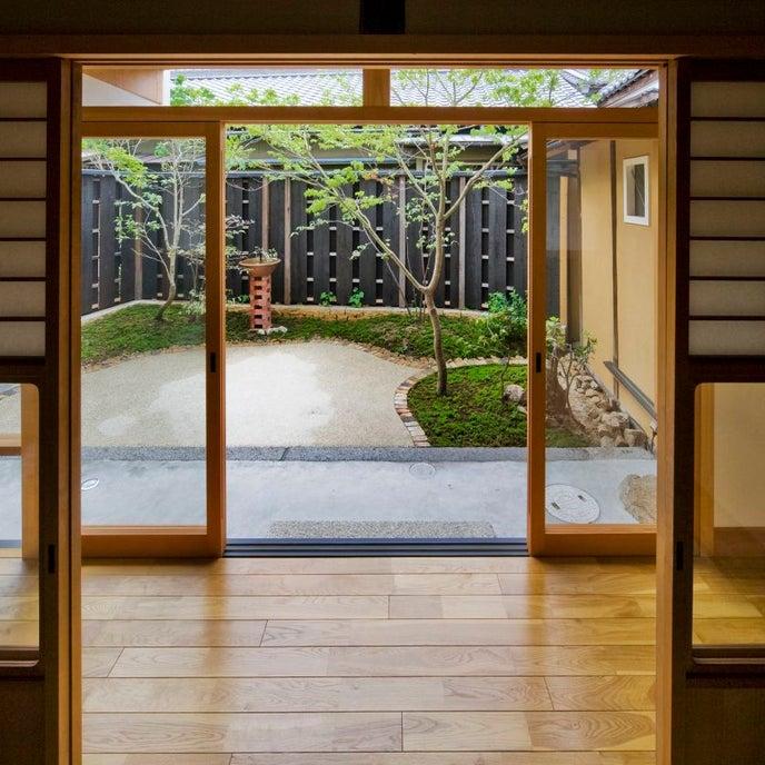 和室から坪庭を見る。