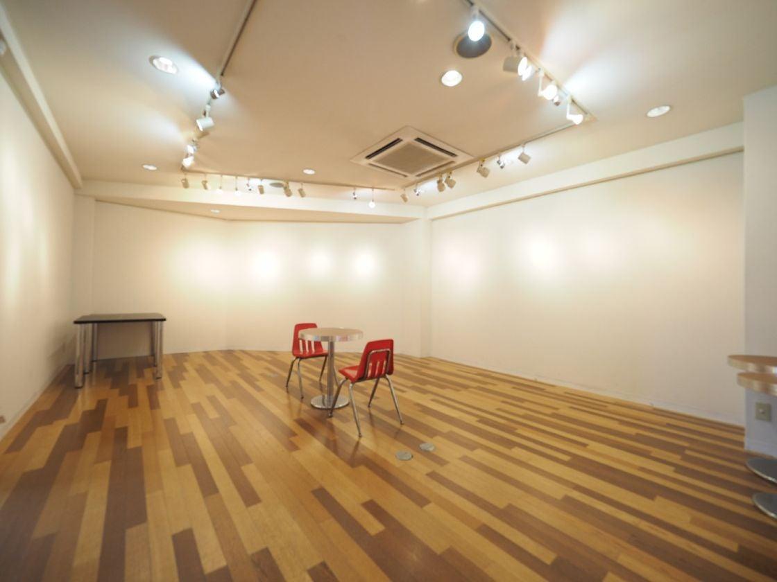 東京・代官山にある、2階のギャラリー。アートの展示他、アパレル展示会などの利用実績多数あり。 の写真