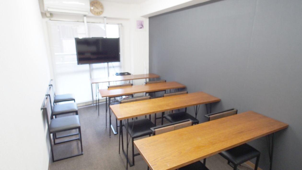 セミナー、教室に最適なレイアウトです。3列、6名までは座れますが、4列目はスペースの関係上テーブルを使えません。