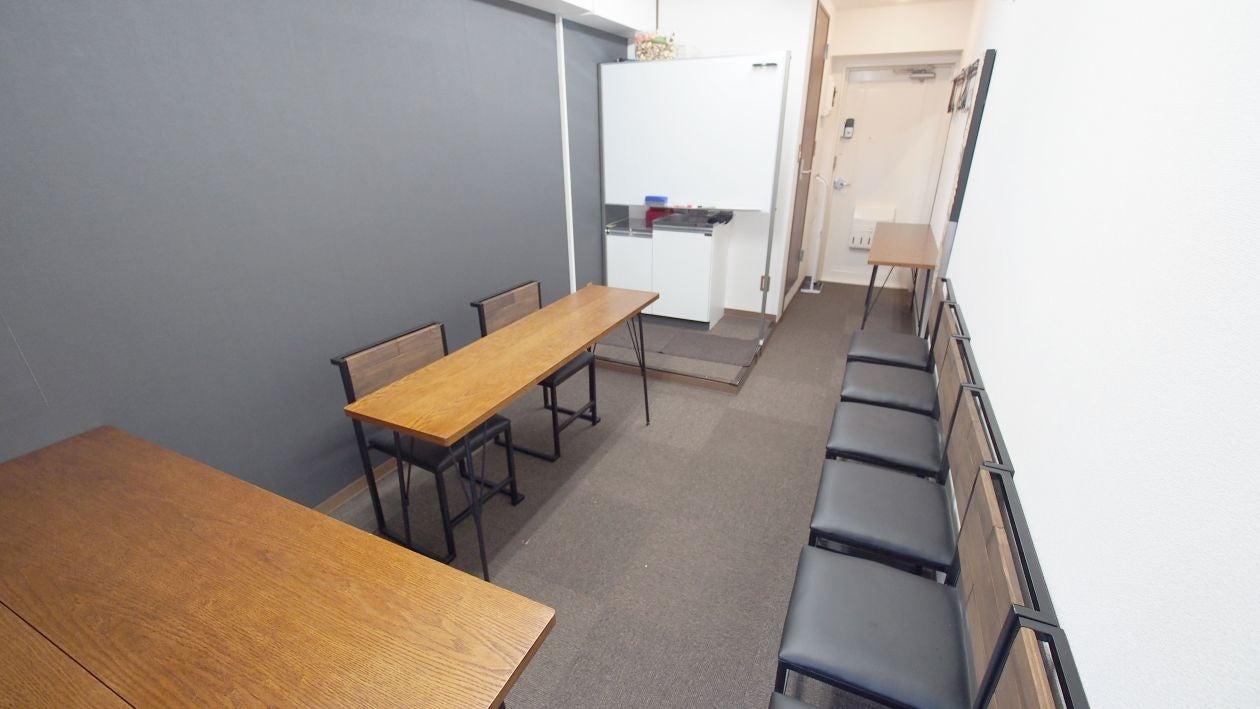 テーブルに2名、対面で7名分の椅子を配置したレイアウトです。面接やオーディションに最適です。