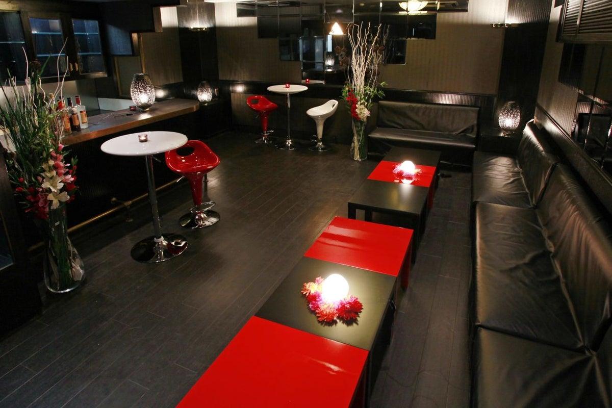 新宿 黒で統一されたオシャレなバーのレンタルスペース カラオケ・ダーツも楽しめます 新宿G-style Black の写真
