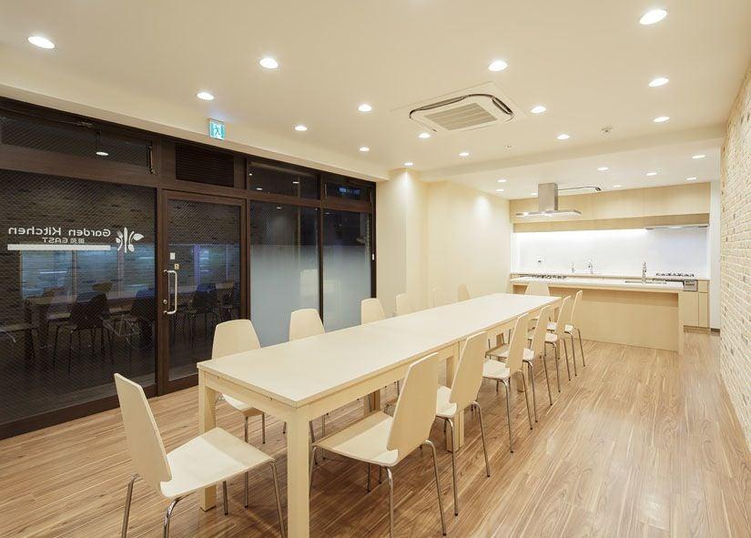 アイランドキッチンとダイニングスペースの55平米のキッチンスタジオ