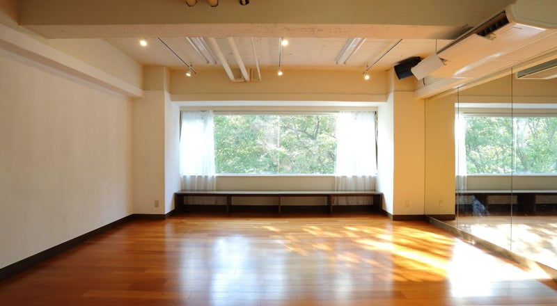 【渋谷駅徒歩5分】無料ヨガマット有 studio chems大きな窓から緑が見える50㎡、ヨガ、セミナー、ワークショップ、研修