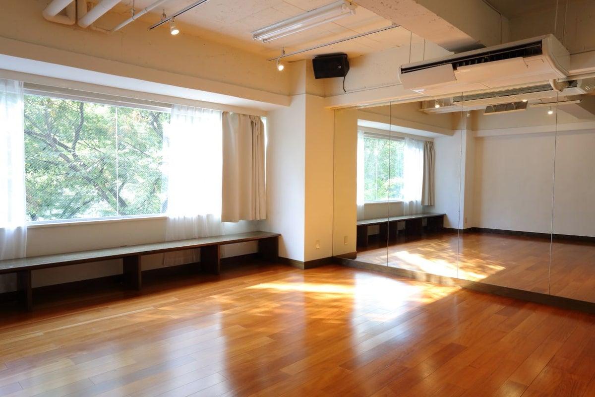 【渋谷駅徒歩5分】無料ヨガマット有 studio chems大きな窓から緑が見える50㎡、ヨガ、セミナー、ワークショップ、研修 の写真