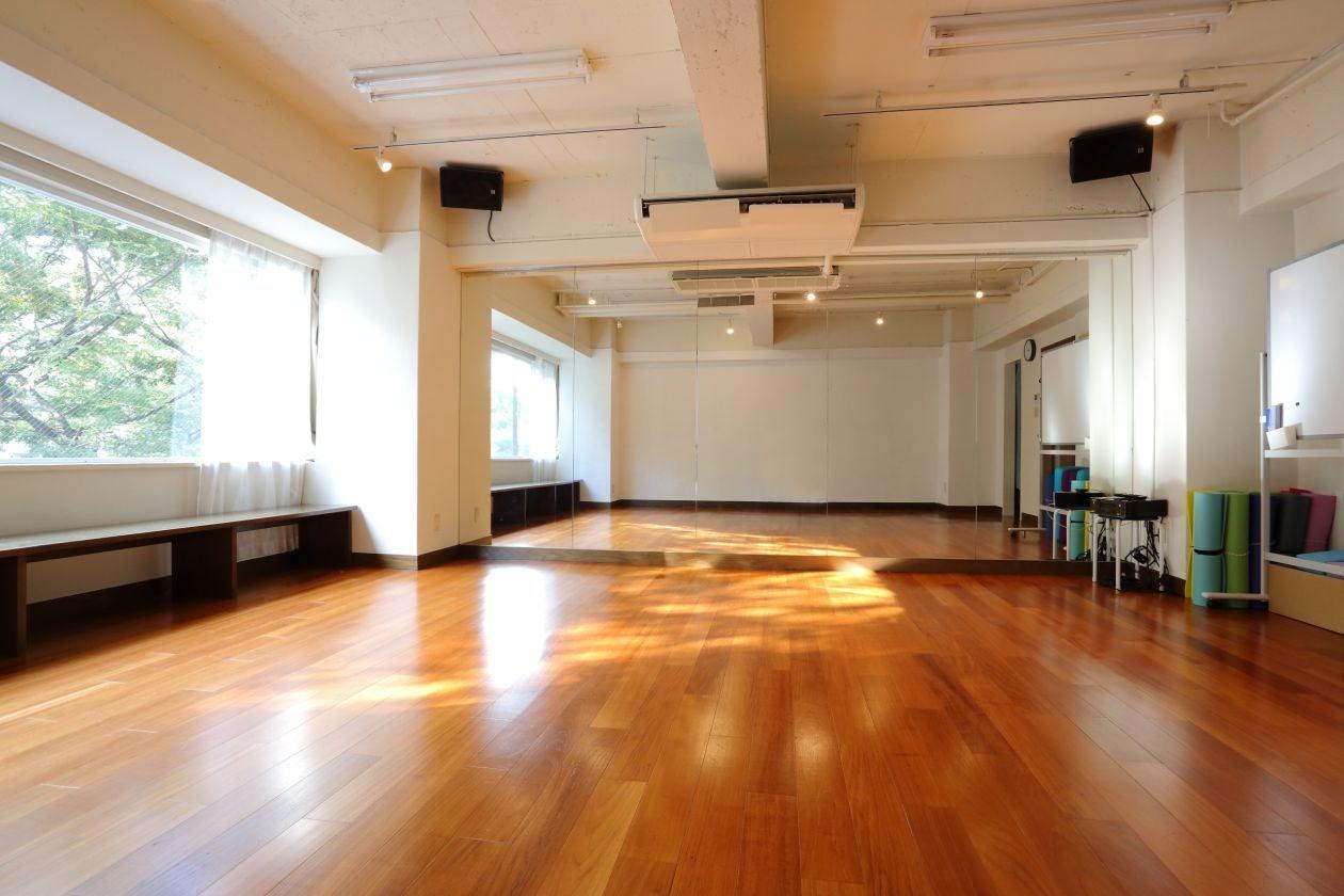 【渋谷駅徒歩5分】studio chems大きな窓から緑が見える50㎡、ヨガ、研修、ワークショップ、練習、撮影など のサムネイル