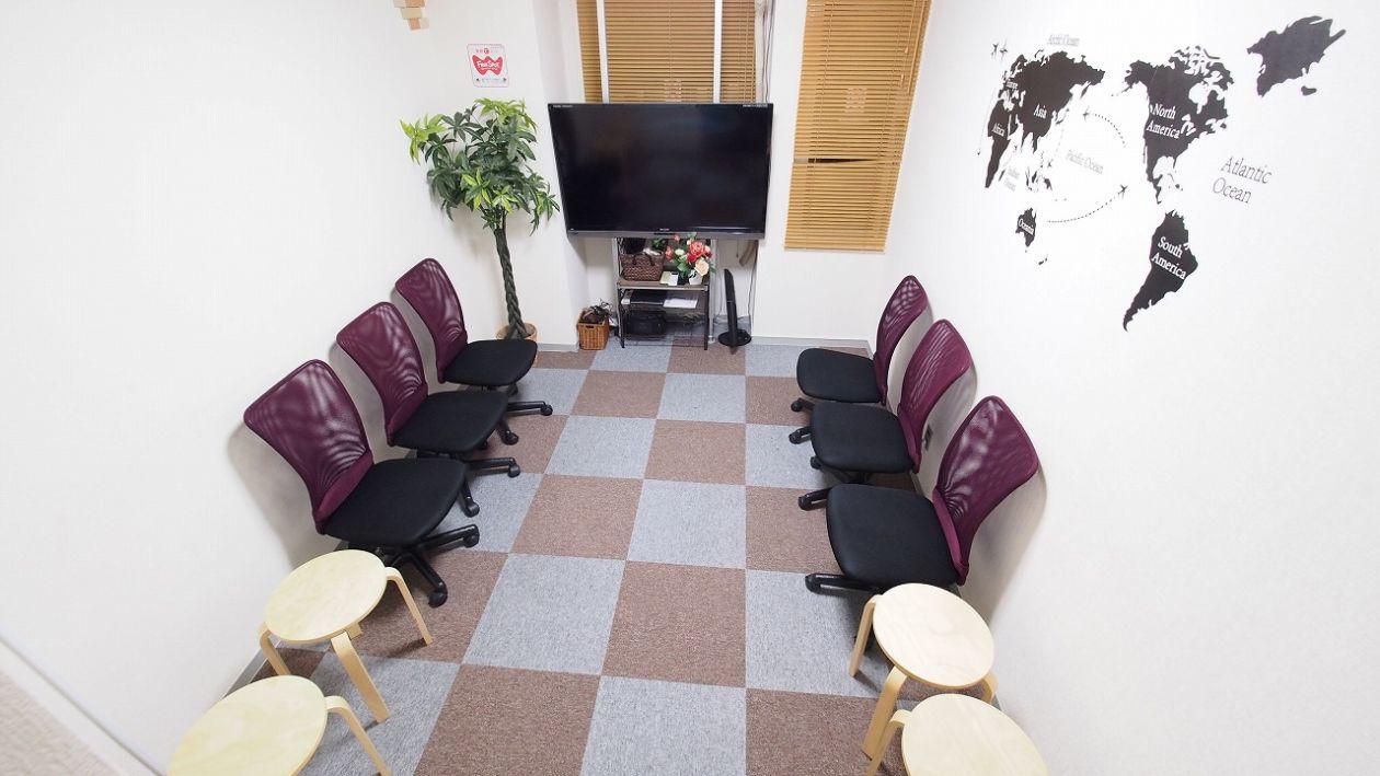 【BASE】横浜駅徒歩2分 50インチモニタ 無料インターネット付き ワンコイン 格安 貸し会議室 レンタルスペース の写真
