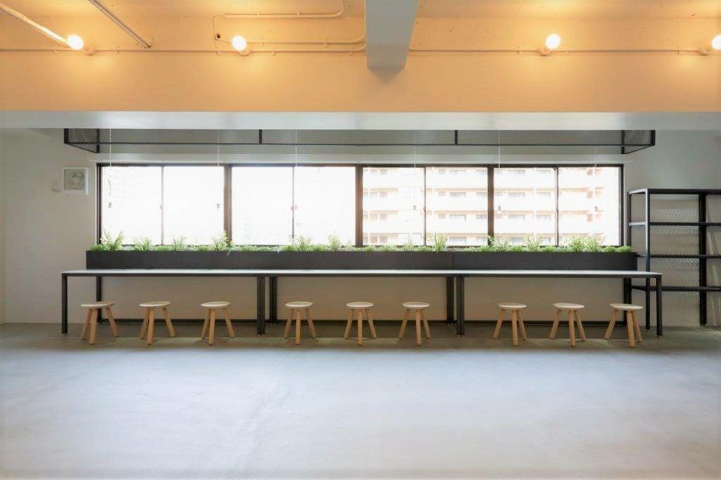 【写真撮影にオススメ】ウォールナットのインテリアが特徴の、洗練された空間。テーブルシーン撮影にいかかですか? のサムネイル