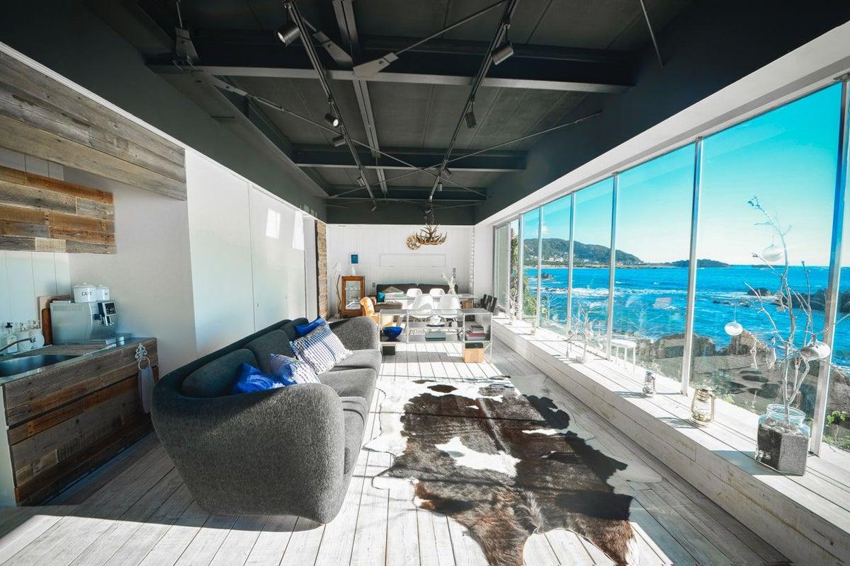 """目の前は葉山の綺麗な海が180度見渡せる!今、人気のプライベートレンタル邸宅""""THE HOUSE"""" です。 の写真"""