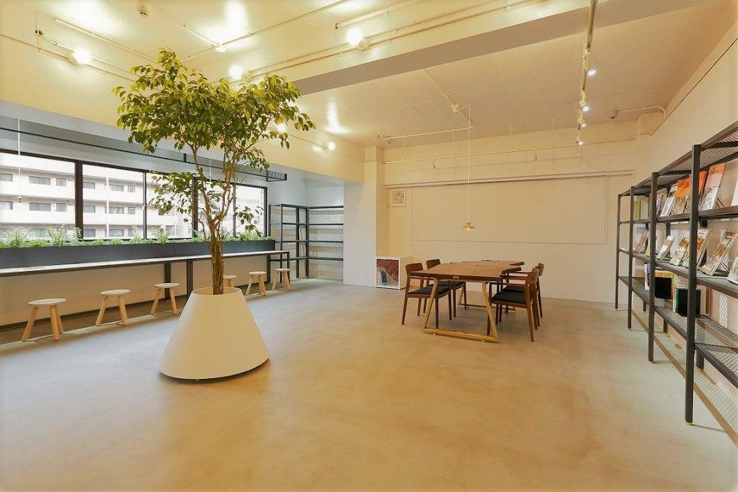 ウォールナットテーブルとインテリアグリーンが印象的な爽やかな空間。洗練されたスペースで撮影・セミナーなどにおすすめ の写真