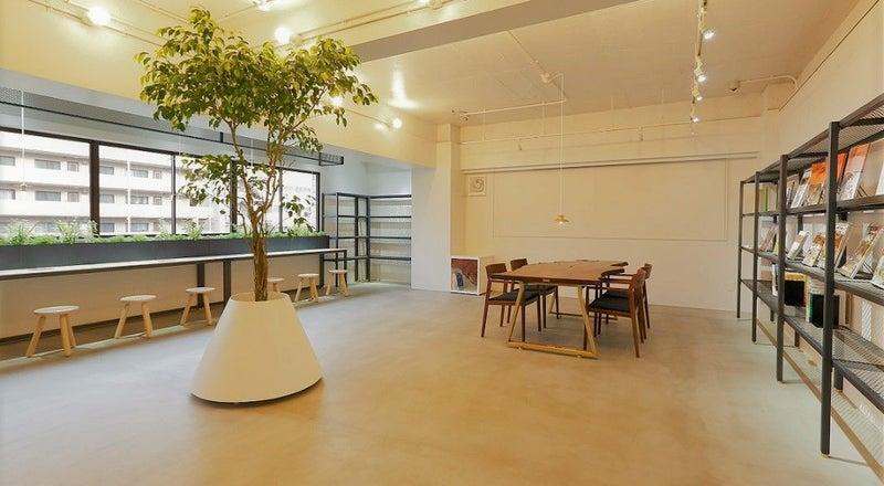 ウォールナットテーブルとインテリアグリーンが印象的な爽やかな空間。洗練されたスペースで撮影・セミナーなどにおすすめ