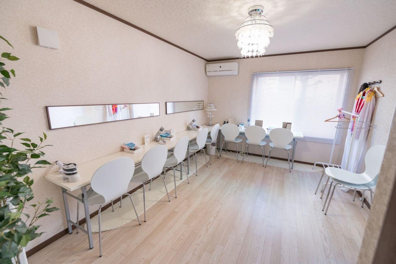 3: 【3F】 化粧室&更衣室  机を並べて配置を変えればセミナー向けにも、大きなダイニングテーブルにも出来ます。