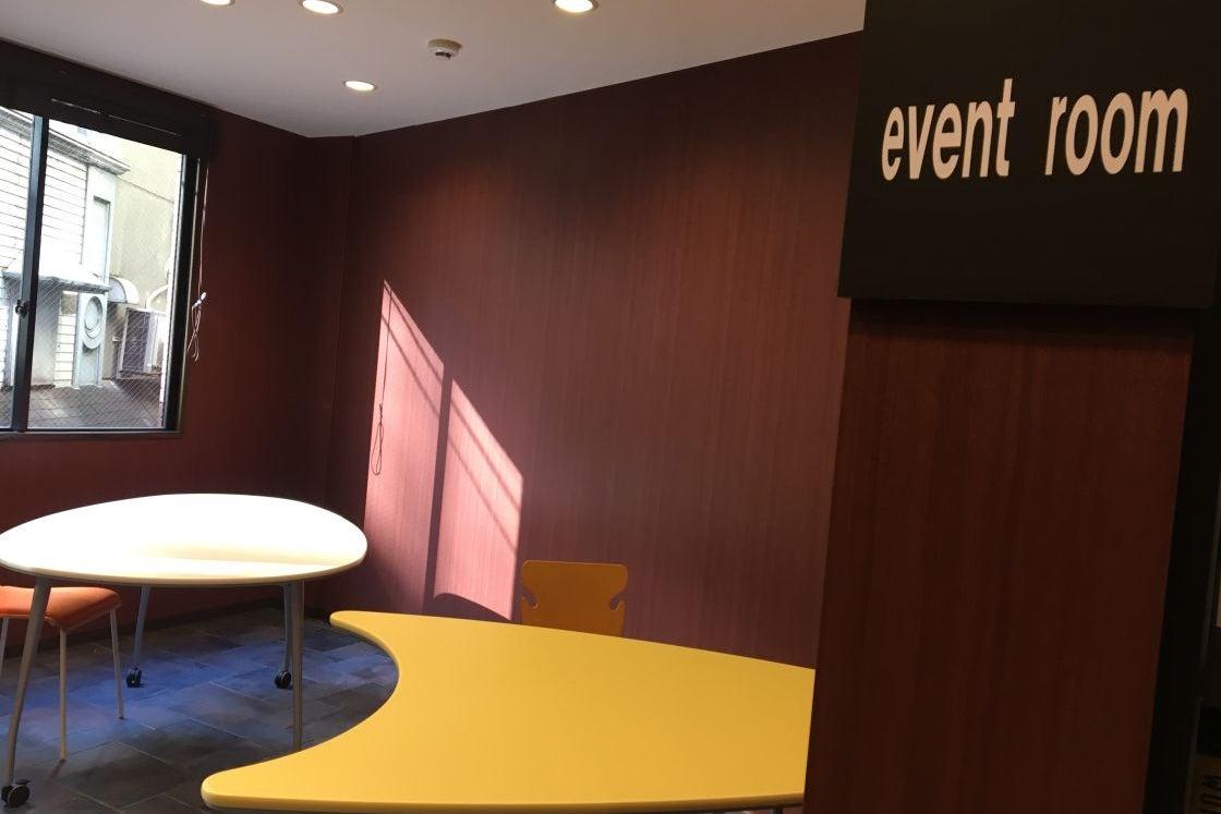 【大阪駅・西梅田】来場者へのフリードリンクが評判の多目的イベントルーム!プロジェクタも込みの料金です。会議・セミナーに の写真