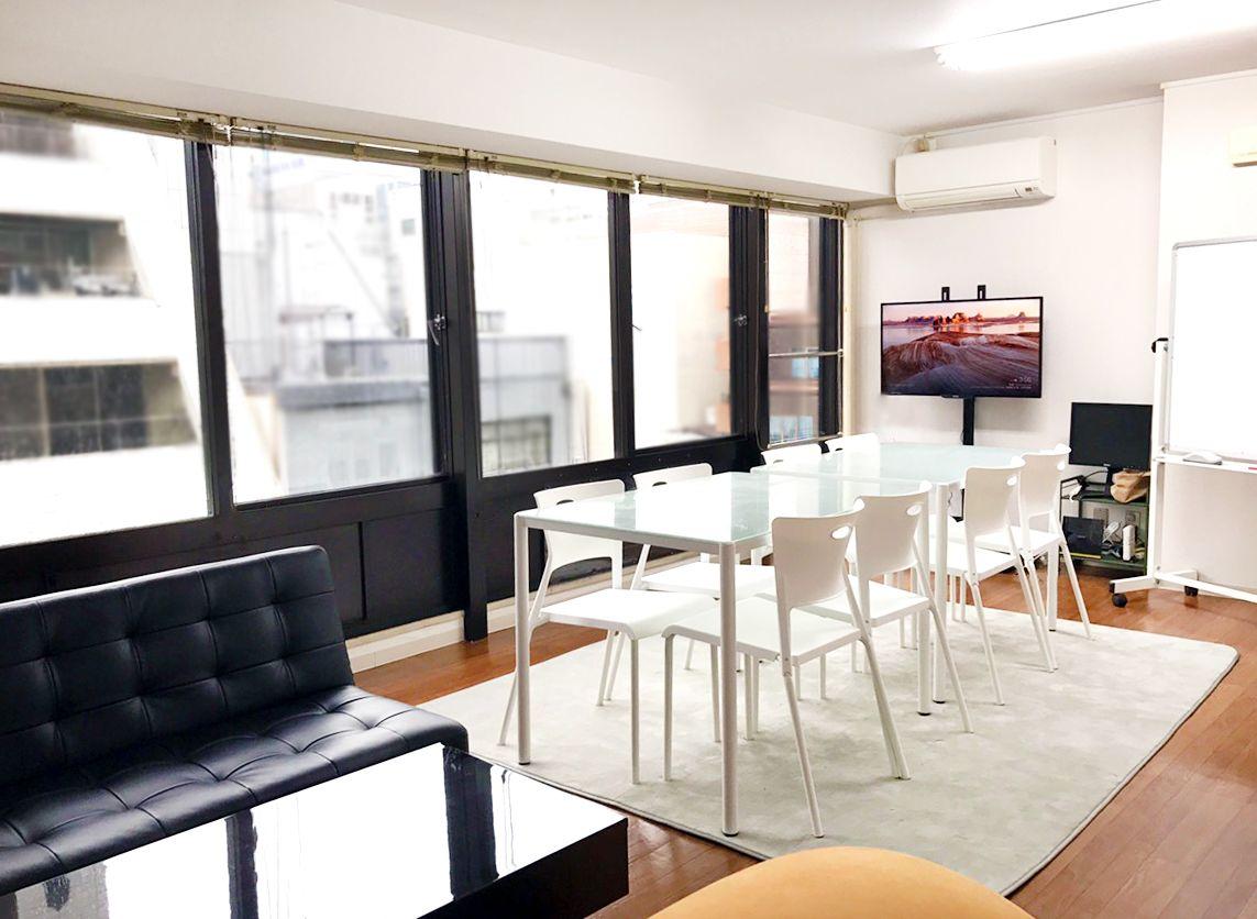 【本町駅すぐ】明るい20畳のシェアリビングルーム(Wi-Fi・Chromcast完備)|オオサカンリビング の写真