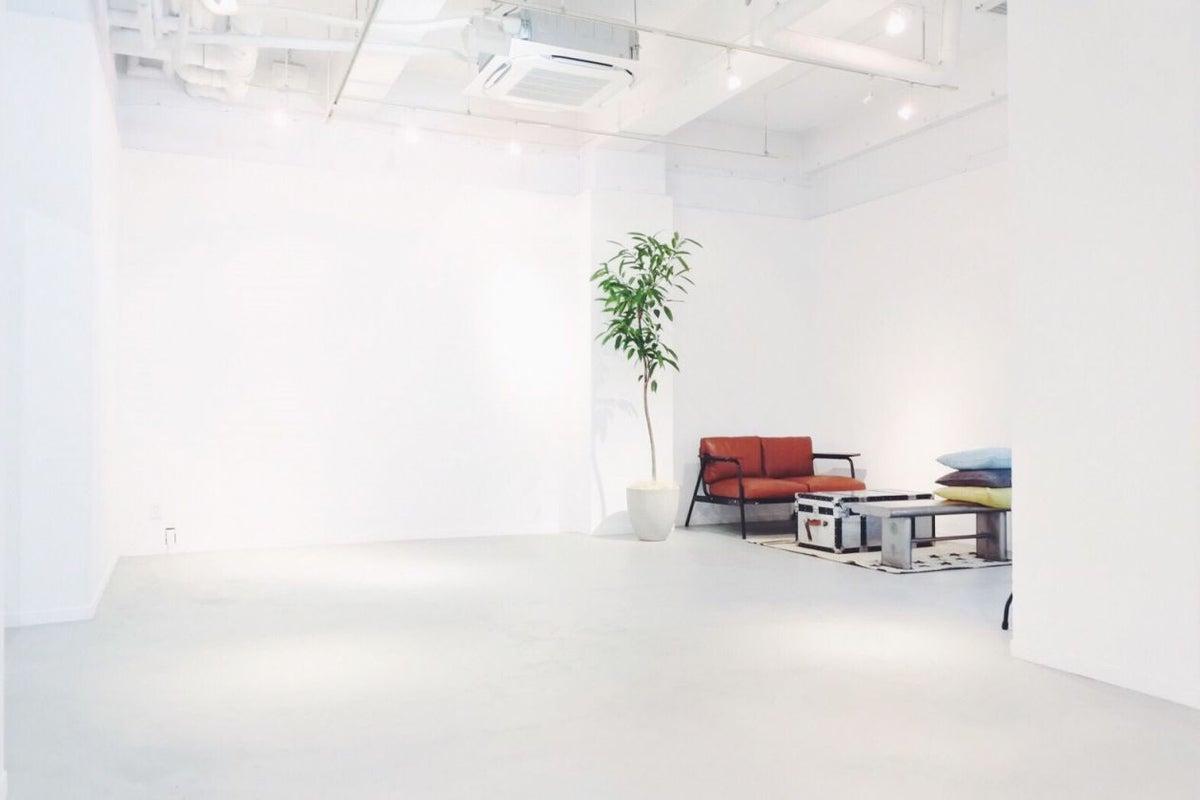 【原宿・北参道】 白とグレーを基調としたギャラリースペース 展示会・撮影に。 の写真