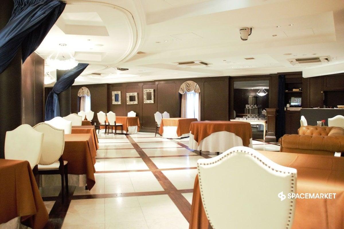 恵比寿 3F / 最大130名収容のシックで優雅な雰囲気のレストラン  キッチンやカウンターもあり設備充実 の写真