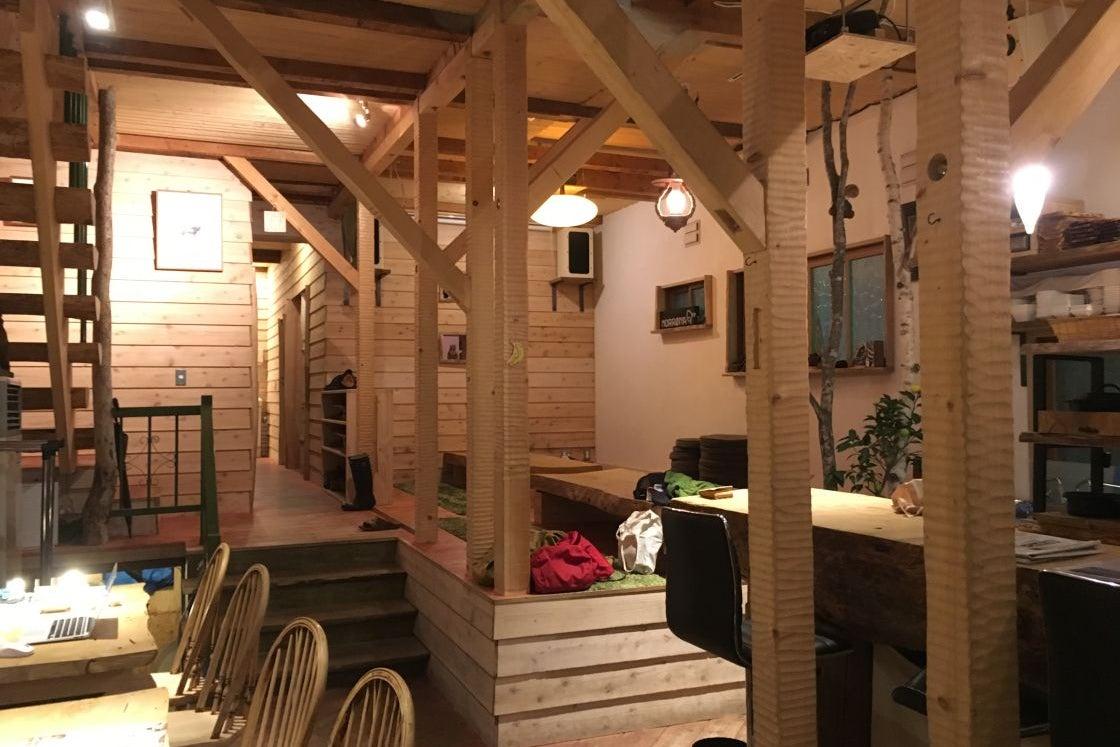 木の温もりを感じるカフェ & BARを使ってイベントやパーティーが出来る の写真