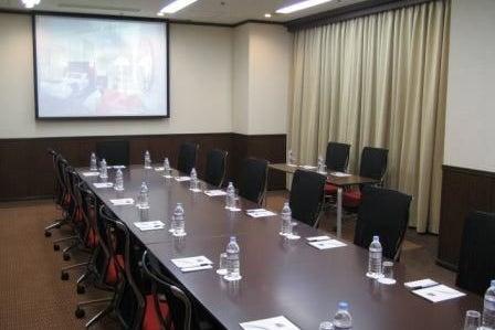 16人まで収容可能なスタンダードな会議室 の写真