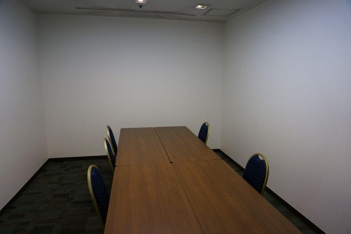 8人まで収容可能なスタンダードな会議室 の写真