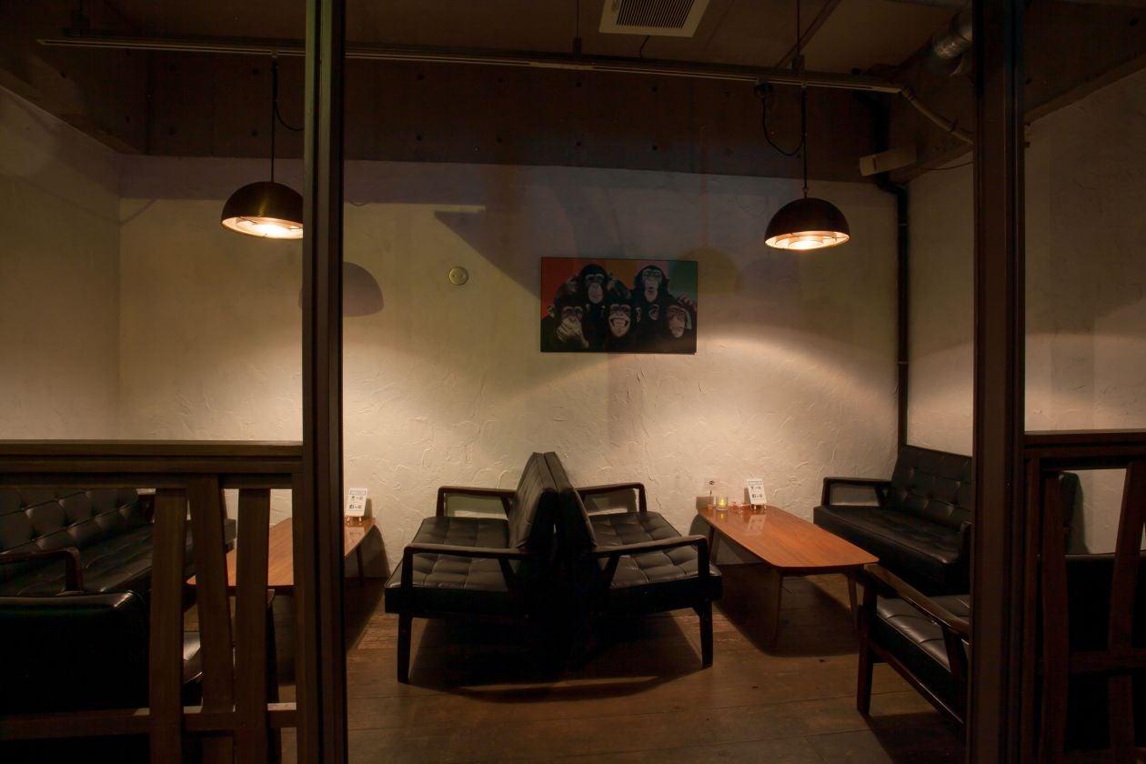 バーカウンター横のソファースペースです。レイアウトは自由に変更可能です。