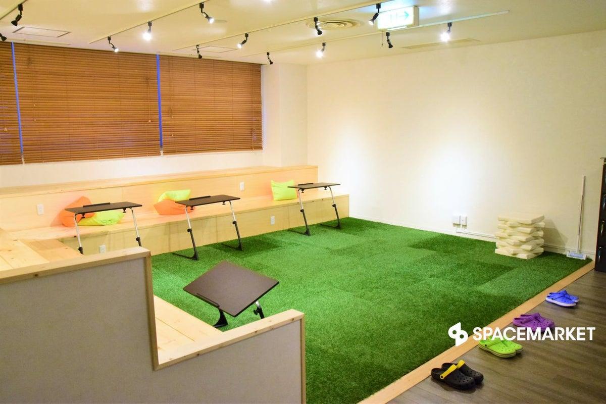 秋葉原・御茶ノ水  人工芝にスタジアムベンチがおしゃれな空間  GrinSpace イベントスペース の写真