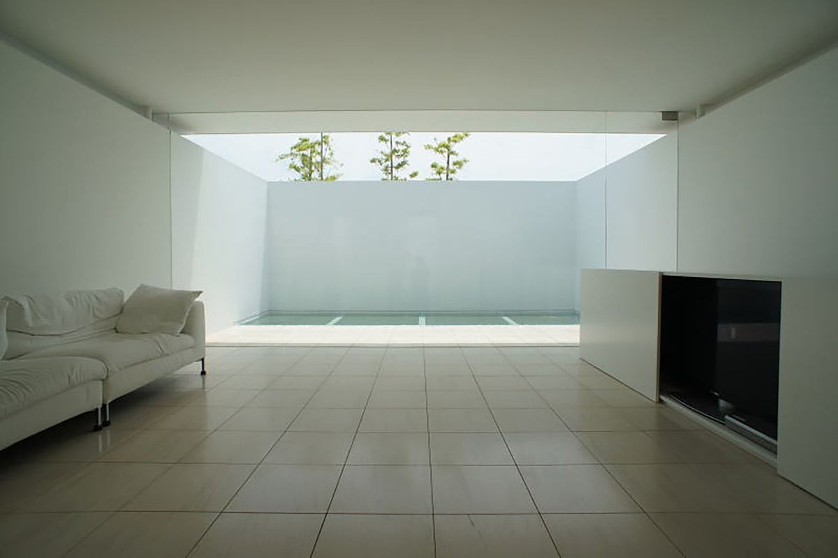 【西宮 苦楽園】大きな窓から光が差し込む。洗練されたモダン空間での写真撮影。 の写真