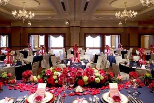 552㎡の宴会場「芙蓉の間」 ステージ付の大型宴会場。パーティーからイベントまで様々な用途で利用できる の写真