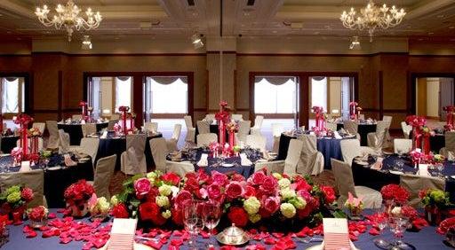 552㎡の宴会場「芙蓉の間」 ステージ付の大型宴会場。パーティーからイベントまで様々な用途で利用できる
