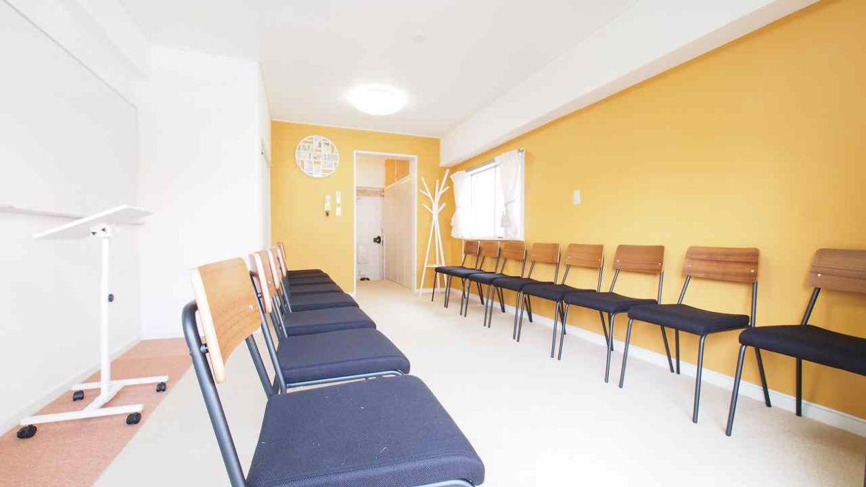 椅子を互いに向けたレイアウトです。グループディスカッションや朗読会などに最適です。