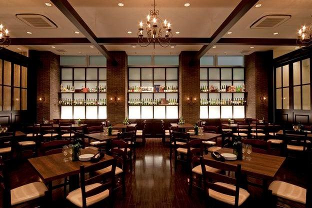 200名様まで対応可能な空間は、イタリアの伝統的なレストランのイメージと木のぬくもりを織り交ぜた、上質で高級感が広がります。 の写真