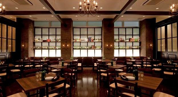 200名様まで対応可能な空間は、イタリアの伝統的なレストランのイメージと木のぬくもりを織り交ぜた、上質で高級感が広がります。