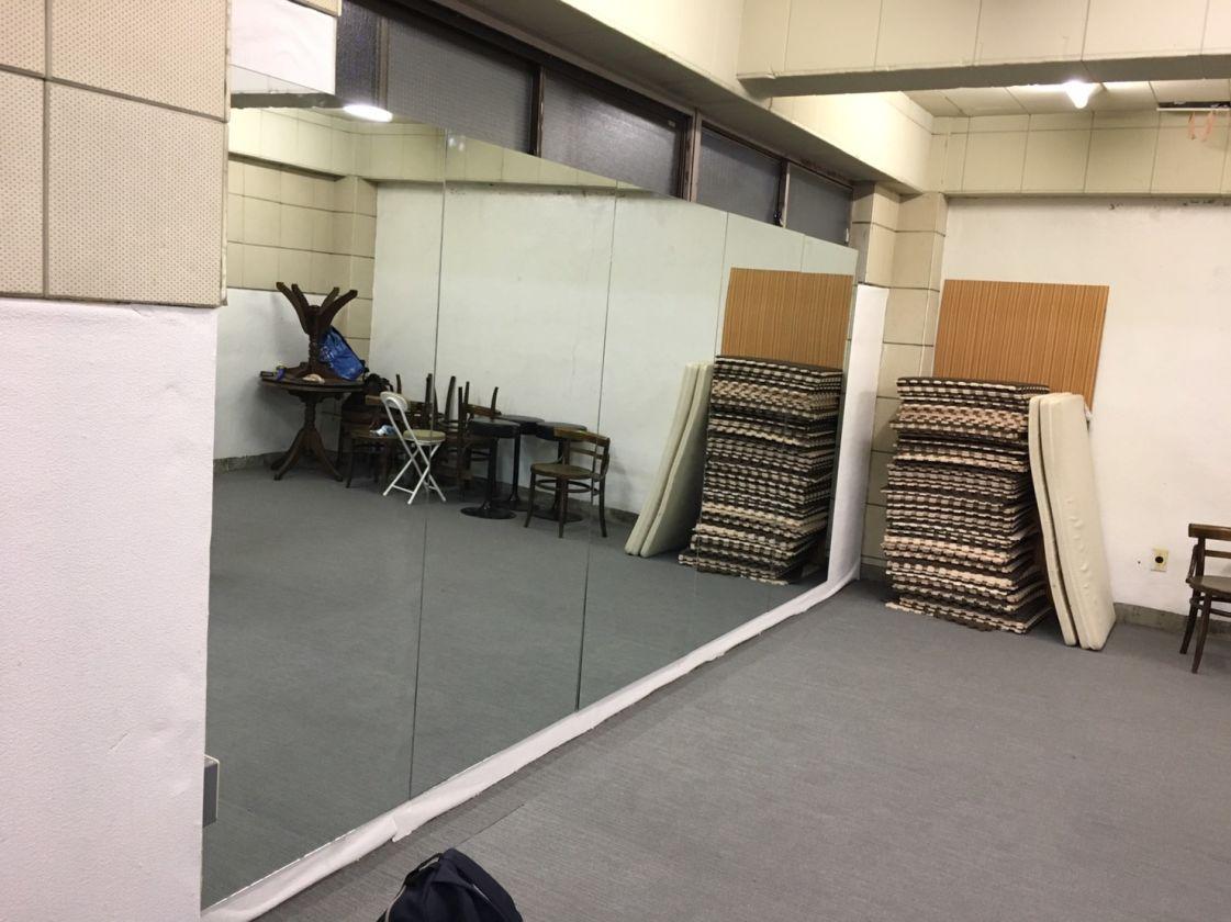床はタイルカーペット仕様、170×400の鏡ございます。