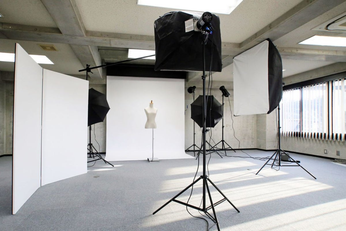 一時間3,300円〜、1フロア貸切の広いフォト&収録スタジオ。背景紙・大型ストロボ等の業務機材もレンタル可能「アイスタジオ」 の写真