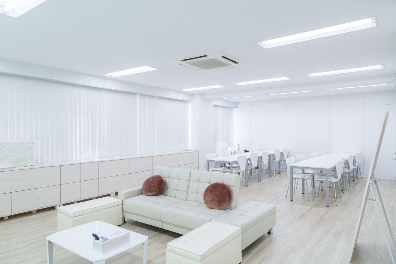 白で統一された清潔感のある空間