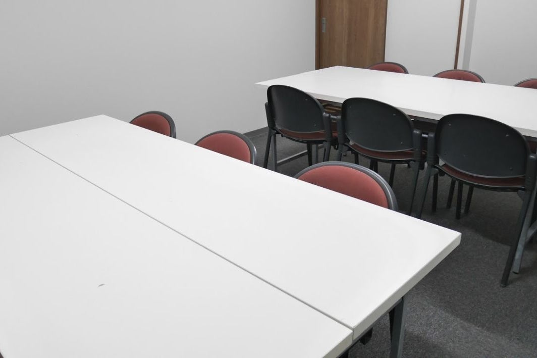 【大宮】レッスンやランチミーティングにも!静かで清潔感のある小会議室(12名様) の写真