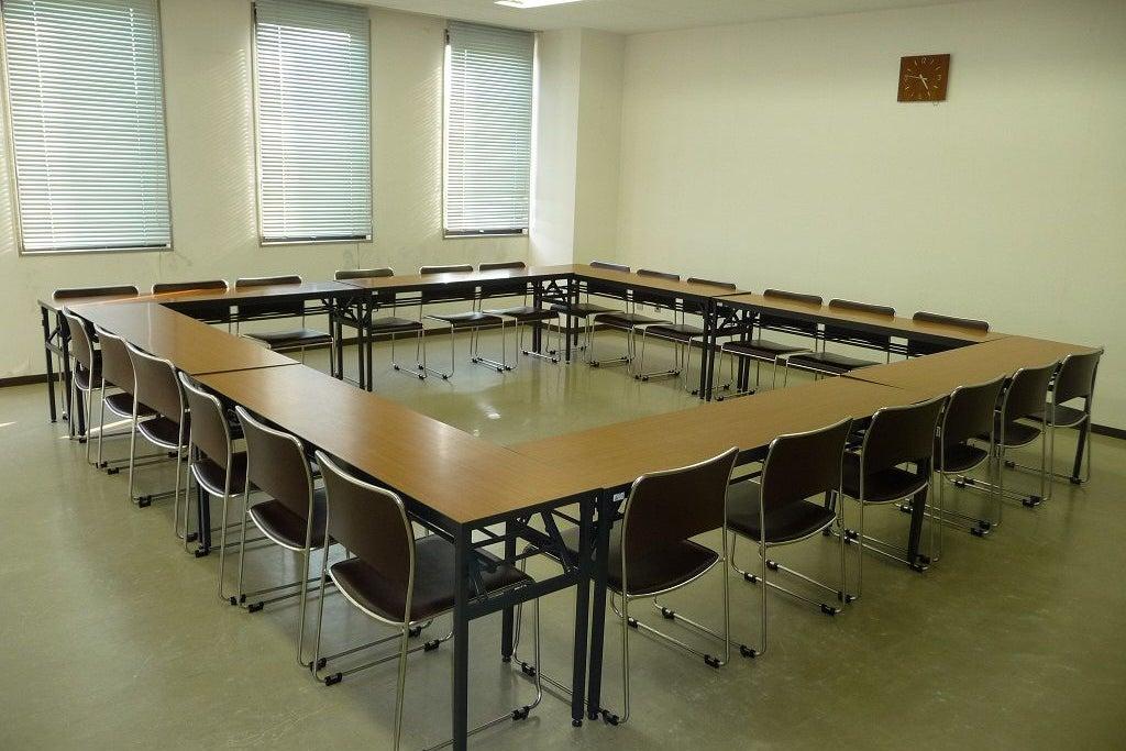最大24人収容の会議室。会議はもちろん、講座や教室などあらゆる目的にご利用いただけます。 の写真