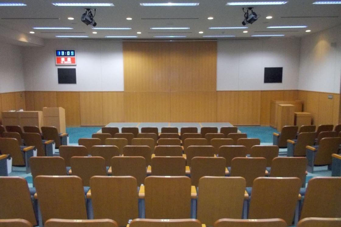 【緑のホール】固定イス120席設置の高級感あふれる小ホール 発表会・研修会に最適 の写真
