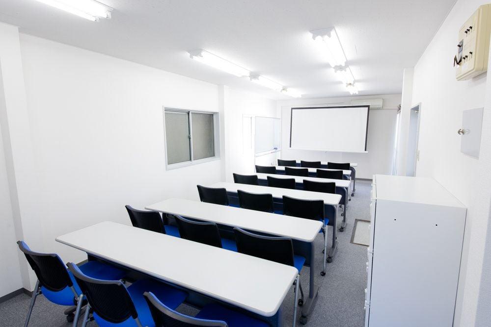シンプルで明るい空間で会議・セミナーなどのビジネス利用に最適