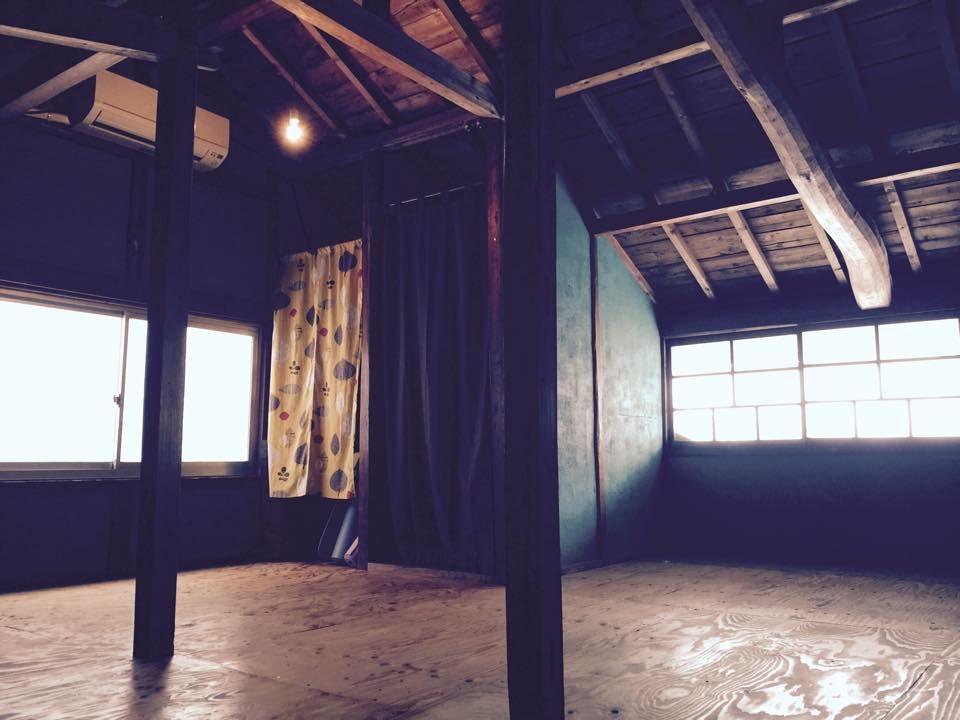 古民家カフェ二階の、大屋根柱が見えるまったりスペース