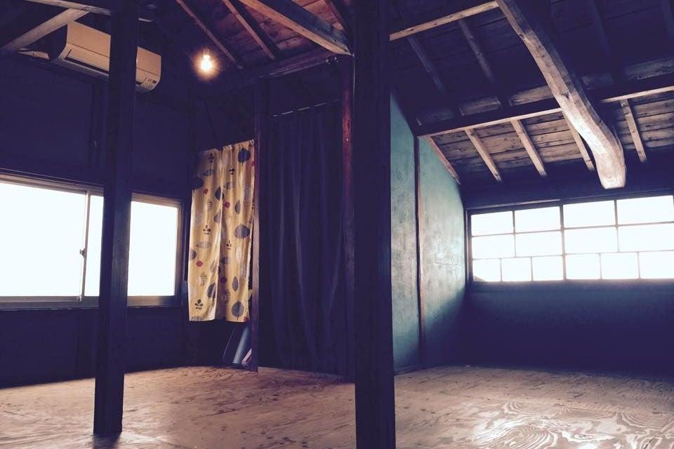 古民家カフェ二階の、大屋根柱が見えるまったりスペース の写真